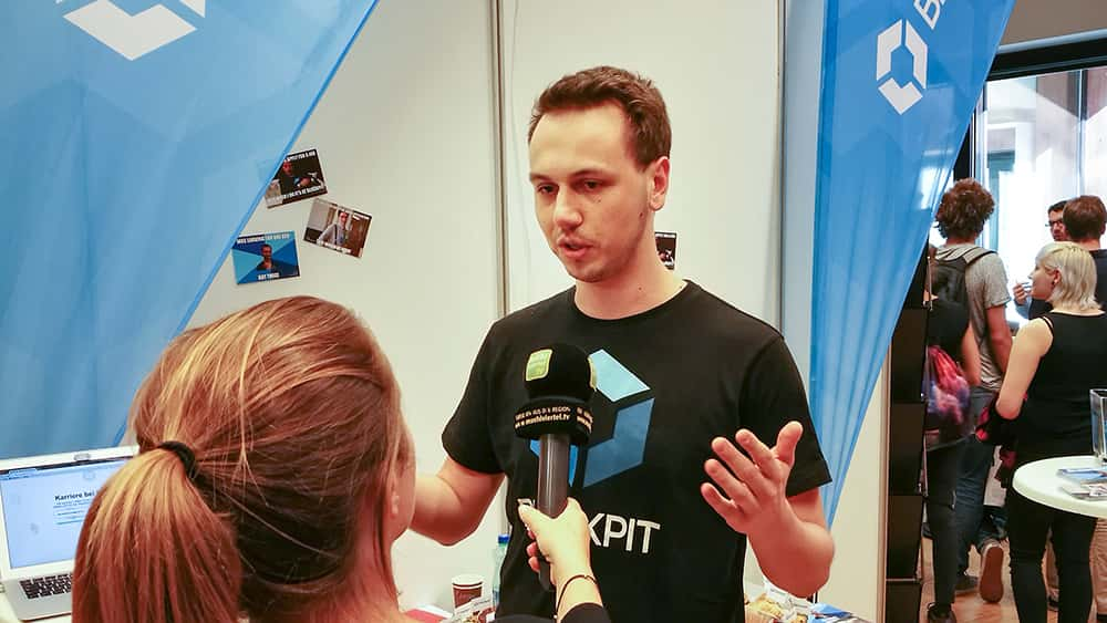 CTO Mathias Maier gibt ein Interview am Messestand von Blockpit