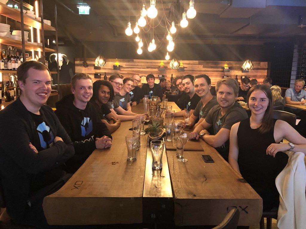 Blockpit beim Abendessen vor einem Teamevent