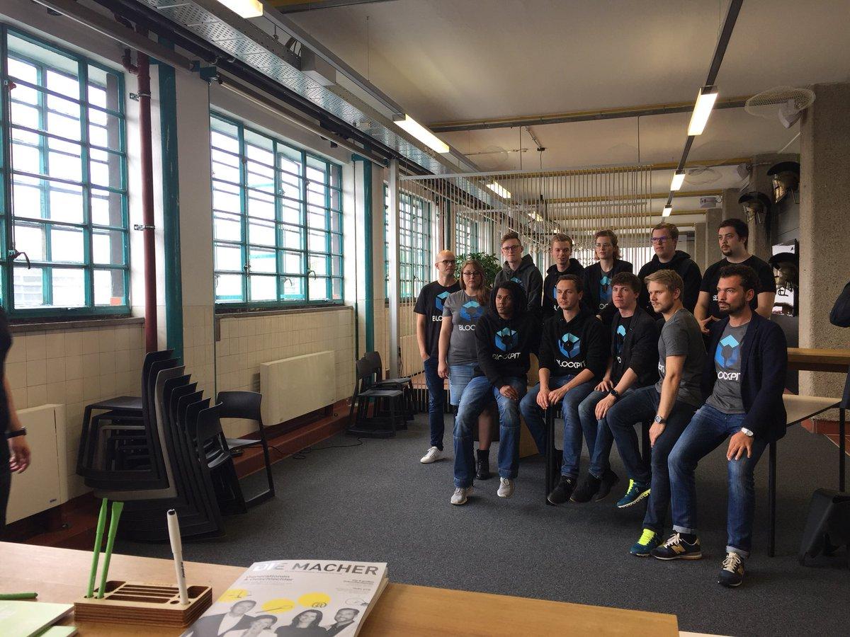 Blockpit-Fotoshooting mit dem ganzen Team in der factory300